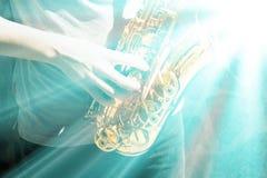 Mann, der auf Saxophon spielt Stockfotos