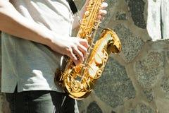 Mann, der auf Saxophon spielt Lizenzfreies Stockbild