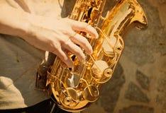 Mann, der auf Saxophon spielt Lizenzfreie Stockfotos
