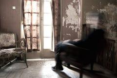 Mann, der auf Schaukelstuhl sitzt Lizenzfreies Stockfoto