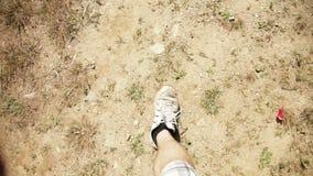 Mann, der auf Schmutz und Gras geht stock video