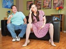 Mann, der auf schwangere Dame zeigt Stockbilder