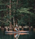 Mann, der auf See im Sommer Kayak fährt Stockfoto