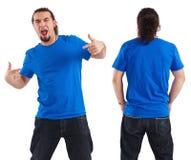 Mann, der auf sein unbelegtes blaues Hemd zeigt Lizenzfreies Stockbild