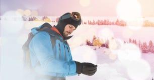 Mann, der auf Skisteigung steht lizenzfreies stockbild