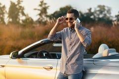 Mann, der auf Smartphone spricht stockbilder