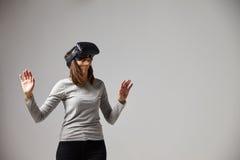 Mann, der auf Sofa At Home Wearing Virtual-Wirklichkeits-Kopfhörer sitzt Stockbild