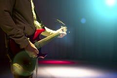 Mann, der auf Stadium bleibt und E-Gitarre spielt Lizenzfreies Stockbild