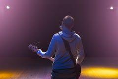 Mann, der auf Stadium bleibt und E-Gitarre spielt Lizenzfreies Stockfoto
