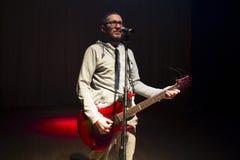 Mann, der auf Stadium bleibt und E-Gitarre spielt Stockfoto
