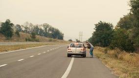 Mann, der auf Straße per Anhalter fährt stock video footage