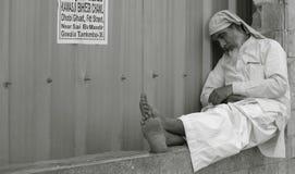 Mann, der auf Straßenseite schläft Stockfotografie