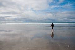 Mann, der auf Strand geht Stockbilder