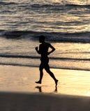 Mann, der auf Strand läuft Lizenzfreies Stockbild