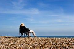 Mann, der auf Strand sich entspannt Stockfotografie