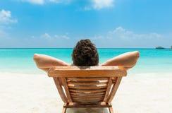 Mann, der auf Strand sich entspannt Lizenzfreie Stockbilder