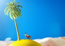 Mann, der auf Strandstuhl sitzt Stockfotografie