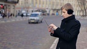 Mann, der auf Tablette schreibt stock video footage