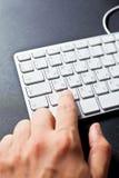 Mann, der auf Tastatur schreibt Stockfotografie