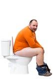 Mann, der auf Toilette sitzt Lizenzfreie Stockfotos