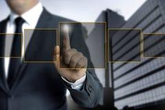 Mann, der auf Touch Screen Konzept zeigt lizenzfreies stockfoto