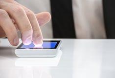 Mann, der auf Touch Screen zeigt Stockfoto
