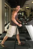 Mann, der auf Tretmühle 3b trainiert Stockbild