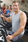 Mann, der auf Tretmühle an der Gymnastik läuft Lizenzfreie Stockbilder