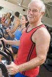 Mann, der auf Tretmühle an der Gymnastik läuft Lizenzfreie Stockfotografie