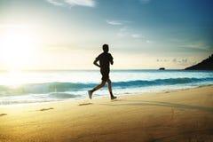 Mann, der auf tropischem Strand läuft Lizenzfreie Stockfotografie