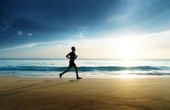 Mann, der auf tropischem Strand läuft lizenzfreies stockfoto
