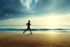 Mann, der auf tropischem Strand läuft stockfotos