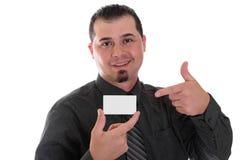 Mann, der auf Visitenkartehemd und -bindung zeigt Stockfotografie