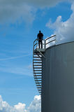 Mann, der auf Wasserturm steht lizenzfreies stockbild