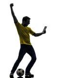 Mann, der aufpassendes digitales Tablettenschattenbild hält Stockbilder