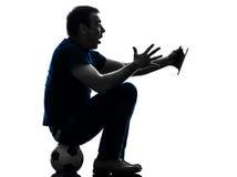 Mann, der aufpassendes digitales Tablettenschattenbild hält Stockfotos