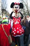 Mann, der aus Minnie Mouse-Kostüm heraus schaut Stockfoto