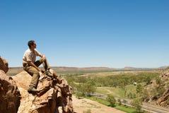 Mann, der australischen Sonnenuntergang überwacht stockbild