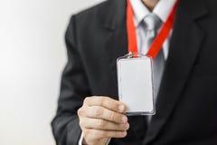Mann, der Ausweiskarte hält Stockfotos