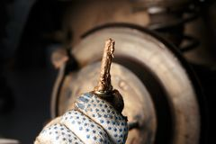 Mann, der AutoScheibenbremsen repariert stockbilder