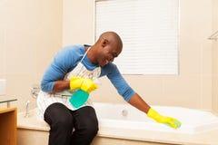 Mann, der Badewanne aufräumt Stockbilder