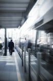Mann an der Bahnstation Stockbild