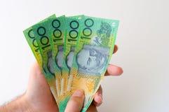 Mann, der Banknote des australischen Dollars fünfhundert hält Lizenzfreies Stockfoto