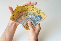 Mann, der Banknote des australischen Dollars fünfzig hält Lizenzfreie Stockbilder