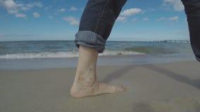 Mann, der barfuß auf Sandy Beach geht stock video