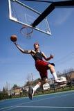 Mann, der Basketball spielt Lizenzfreies Stockbild