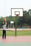 Mann, der Basketball - Vertikale spielt stockbilder