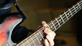 Mann, der Bass-Gitarre spielt stock footage