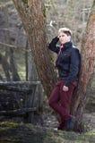 Mann, der am Baum im Freien steht Lizenzfreies Stockbild