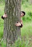 Mann, der Baum umarmt Lizenzfreie Stockfotos